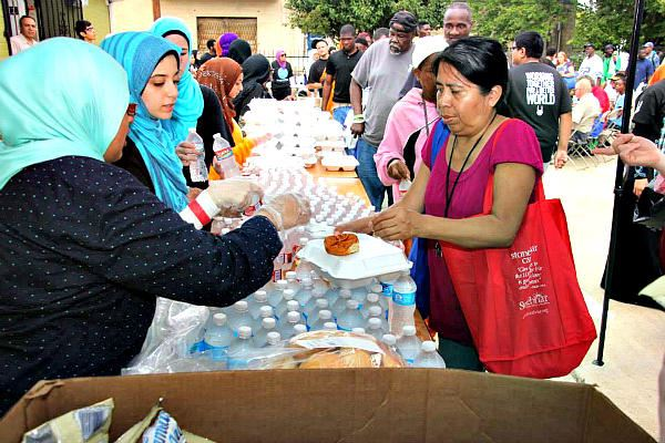 Picture of Dallas mosque feeds the hungry at a 'Day of Dignity'