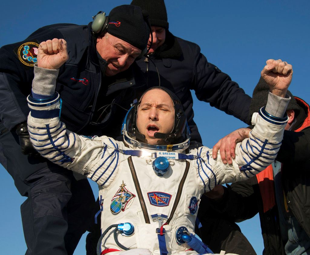 Picture of Space capsule with 3 astronauts returns to Earth