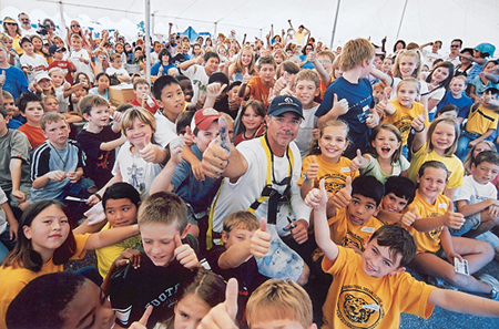 Wyland with kids (Wyland Foundation)