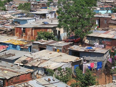 A shanty town in Soweto, South Africa (http://upload.wikimedia.org/wikipedia/commons/4/40/Soweto_township.jpg)