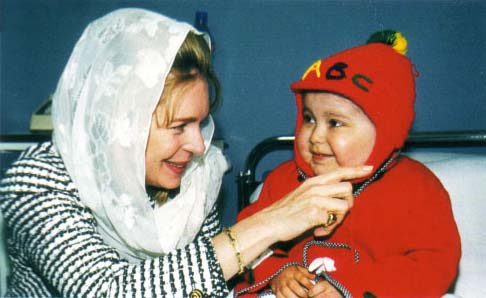 First public appearance of Queen Noor following the death of King Hussein. Visit to cheer up children with cancer at the King Hussein Medical City. 20 March 1999.