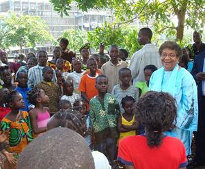 Ellen Johnson Sirleaf and students (globalvision.org)