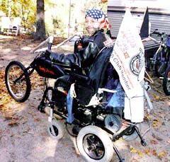 Mattie habillé en motard sur fauteuil