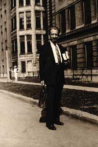 Dr. Bernard Fantus <br>(http://chronicle.uchicago.edu/041118/<br>bloodbank-fantusportrait.jpg)