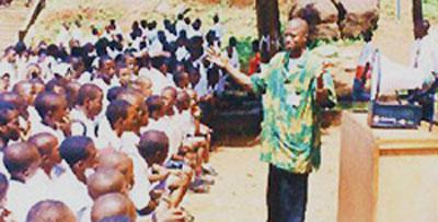 Andre Greene con dos estudiantes de iEARN Sierra Leona.
