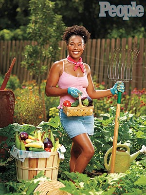 Robin shows off her garden to People Magazine. (people.com (Jeffery Salter))