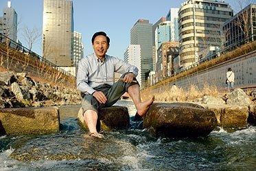 Mayor Lee enjoying Cheonggyecheon Stream