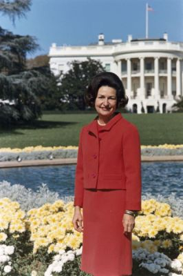 <a href=http://www.historyplace.com/specials/calendar/docs-pix/lady-bird.jpg>Lady Bird Johnson in front of the White House</a>