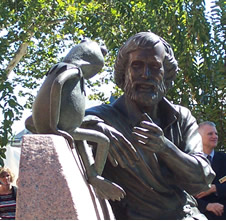 Jim Henson statue (www.umd.edu/features/ hensonhonored.html)