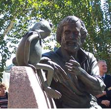 Jim Henson statue (www.umd.edu/features/ hensonhonored.html)