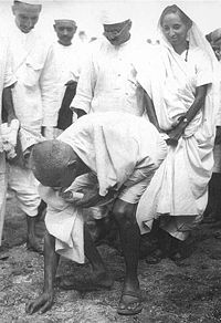 Gandhi, at the Dandi Salt March,<br>grabbing salt (http://upload.wikimedia.org/wikipedia/<br>commons/thumb<br>/9/99/Salt_March.jpg/200px-Salt_March.jpg)