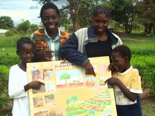 Niños presentando su proyecto (http://www.globalgiving.com/picture.html?title=&caption=&loca=/pfil/1038/ph_1038_1534.jpg)