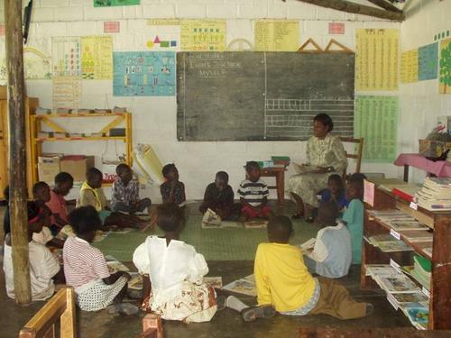 """Aprendiendo en un salón en """"Children's Town"""" (http://www.globalgiving.com/picture.html?title=&caption=&loca=/pfil/1038/ph_1038_1531.jpg)"""