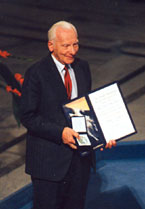 Rotblat accepts the Nobel Peace Prize (www.nobel.org)