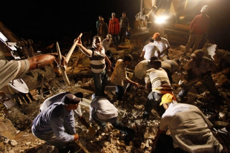 Rescuers work to free trapped survivors and victims (http://www.csmonitor.com/)