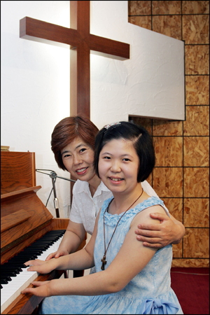 Hee Ah Lee and her mom (The Korean Times-'Four-Fingered Pianist' Releases Debut Album)