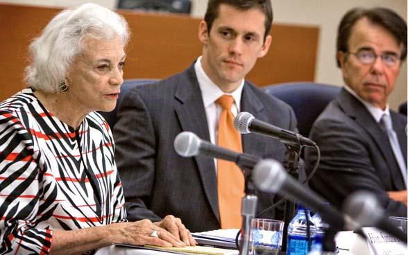 Sandra Day O'Connor fighting (http://www.wvgazette.com/mediafiles/thumbs/595/372.38095238095/Oconnor_I090922000503.jpg)