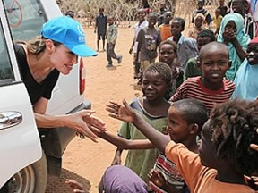 Angelina Meeting Kids in Africa (www.pynkcelebrity.com/archives/11730)