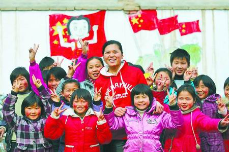 Li Ling with her students. (http://henan.sina.com.cn/news/2010-02-11/083715316.html)