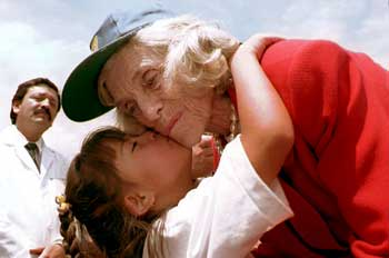 An athlete kisses Eunice Kennedy Shriver, 2009<br>(Special Olympics)