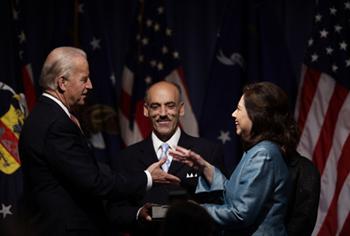La secretaria Solís con el vicepresidente Joe Biden (Foto AP / J. Scott Applewhite)