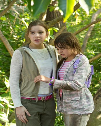 Hailee Steinfeld (Ashley) & Bailee Madison (Ashley (The Magic Bracelet)