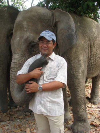 Tuy Sereivathana with Asian elephant. (By Tom Dusenberry)