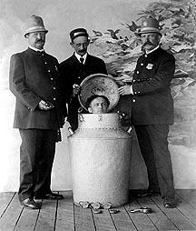 Houdini's Milk Can Escape. <br>(http://www.timecamera.com/images<br>/houdinimilkcansm.jpg)