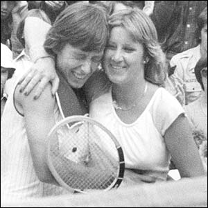 Martina(left) and Evert(right) are embracing (http://sportsthenandnow.com/wp/wp-content/uploads/2010/01/navratilova-evert.jpg)