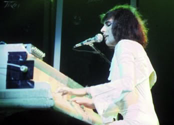 Mercury plays piano on stage (http://media.photobucket.com/image/freddie%20mercury%20piano/classic-rock-queen/piano.jpg?o=1)