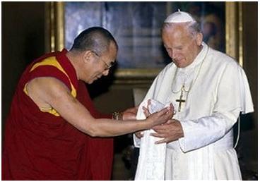Dalai Lama greets Pope John Paul II. (http://www.peacewithsoraya.org)