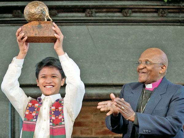 Desmond Tutu with 2012 winner Kesz (KidsRights  )