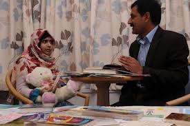 Malala y su padre (mirror.co.uk)
