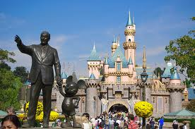 A statue of Walt Disney and Mickey Mouse in front (online)