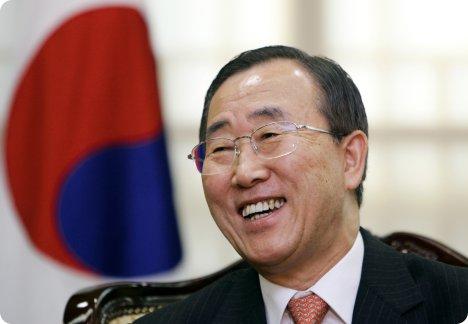 Ban Ki Moon with national flag of Korea (http://blog.foreignpolicy.com/files/images/BanKiMoon1.jpg)