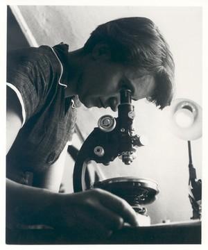 Rosalind Franklin in the lab (http://jezebel.com/rosalind-franklin/)