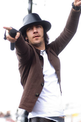 (http://www.fanpop.com/spots/three-days-grace/images/285079/title/adam-gontier-photo ())