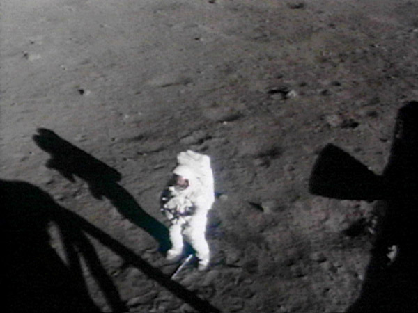 Armstrong on the moon (http://moonpans.com/Neil_Armstrong_on_the_moon.htm ())