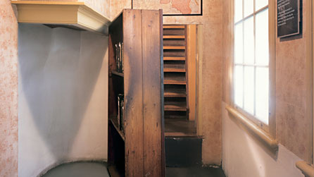 Book shelf which hid the secret annex passage way (http://www.bbc.co.uk/annefrank/images/people/annexe.jpg (no source/ internet))