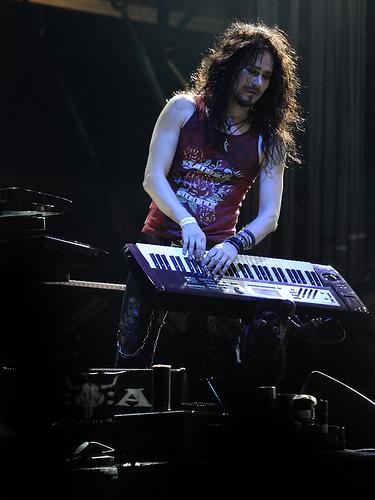 My hero playing keyboards (Google (farm4))