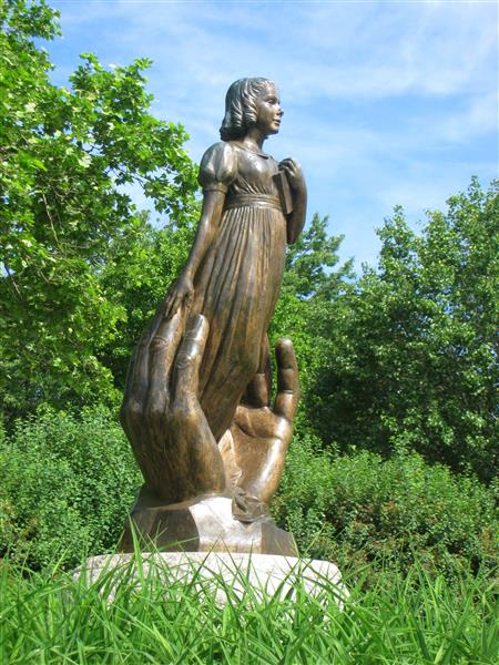 Statue of Alice in Hartford, Connecticut (https://commons.wikimedia.org/wiki/File:Alice_Cogsw)