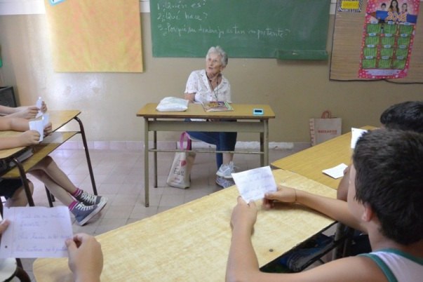 Students interviewing community hero Grannie Elsa Ensunza at school 26 (Photo by Annie Merkley)