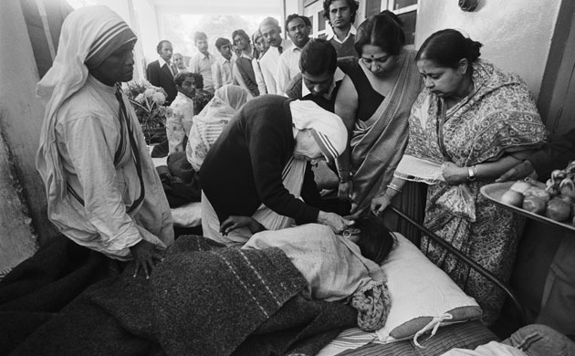 http   pixgood com mother-teresa-with-the-poor htm  pixgood comMother Teresa With The Poor