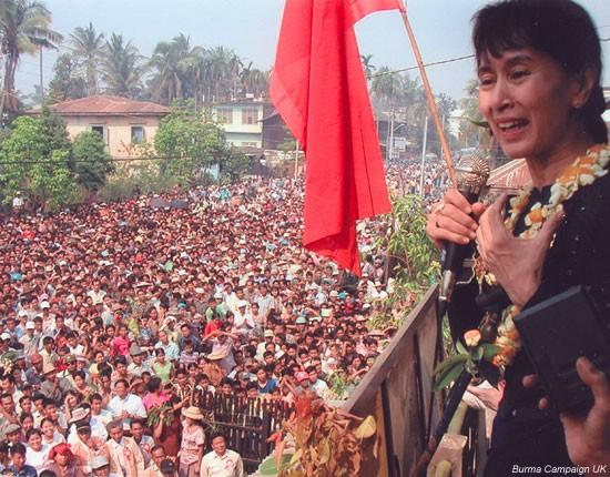 Aung San Suu Kyi presenting her speech (kosmoservice.wordpress.com ())