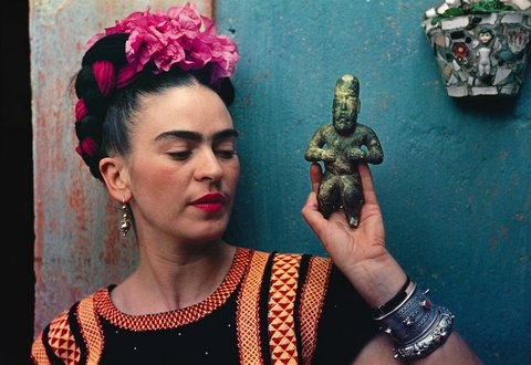 "Frida Kahlo is pictured holding an ""Olmeca"" figure <br>http://www.vogue.com/13260863/frida-kahlo-art-summ (Nickolas Muray Photo Archives)"