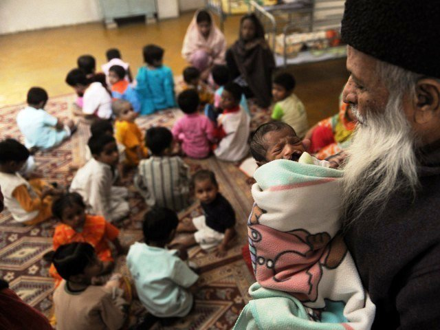 Edhi w/ babyorphan at the Edhi headquarters/school (https://tribune.com.pk/story/1138171/10-abdul-satt (AFP))