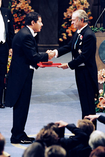 King of Scotland giving the award to Zewail (Nobel Prize site)