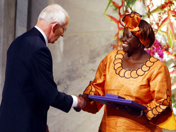 <a href=https://www.ens-newswire.com/ens/dec2004/20041221_maathaiaward.jpg>Wangari Maathai</a> winning the Nobel Peace Prize. (Google Images)