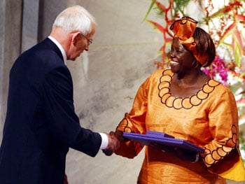 <a href=http://www.ens-newswire.com/ens/dec2004/20041221_maathaiaward.jpg>Wangari Maathai</a> winning the Nobel Peace Prize. (Google Images)