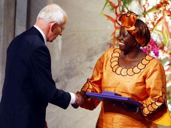 <a href=http://www.ens-newswire.com/ens/dec2004/20041221_maathaiaward.jpg>Wangari Maathai</a> winning the Nobel Peace Prize. (Google Images)